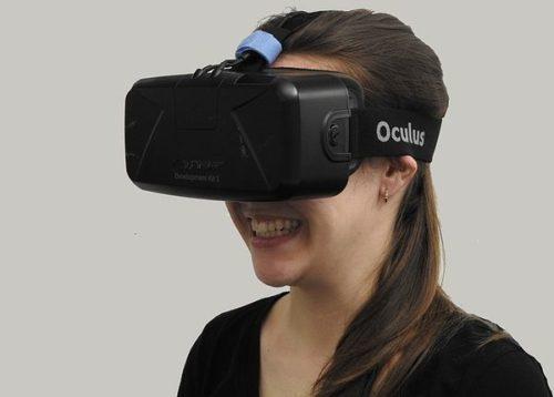 Frau mit Oculus Rift VR-Brille