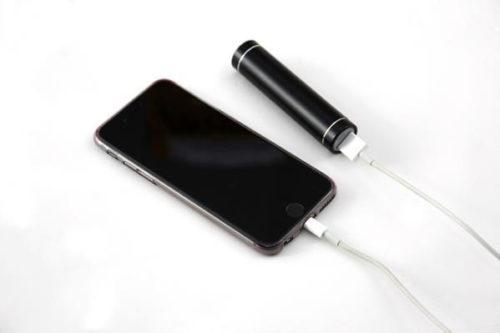 mobiler Akku beim Laden eines Smartphones